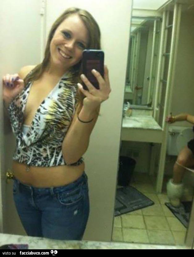 Selfie in bagno mentre l 39 amica sul cesso condiviso da volo62 - Selfie in bagno ...